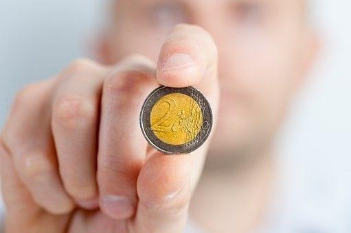 meska dlon trzyma dwa euro