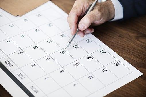 mezszcyzna zaznacza daty w kalendarzu dlugopisem