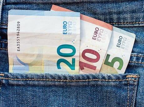 pieniadze euro wlozone do tylnej kieszeni jeansow