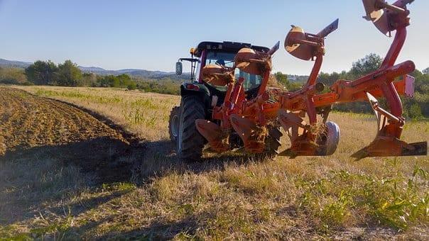 traktor ciagnie za soba maszyne do otania ziemi