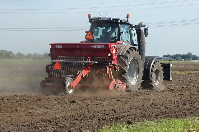traktor w polu jedzie i pracuje