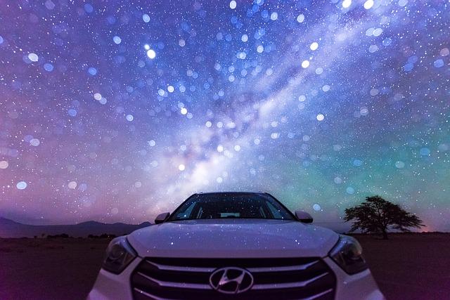 elektryczne auto Hyundai nowoczesne i oszczędne na tle czystego nieba nie skażonego spalinami